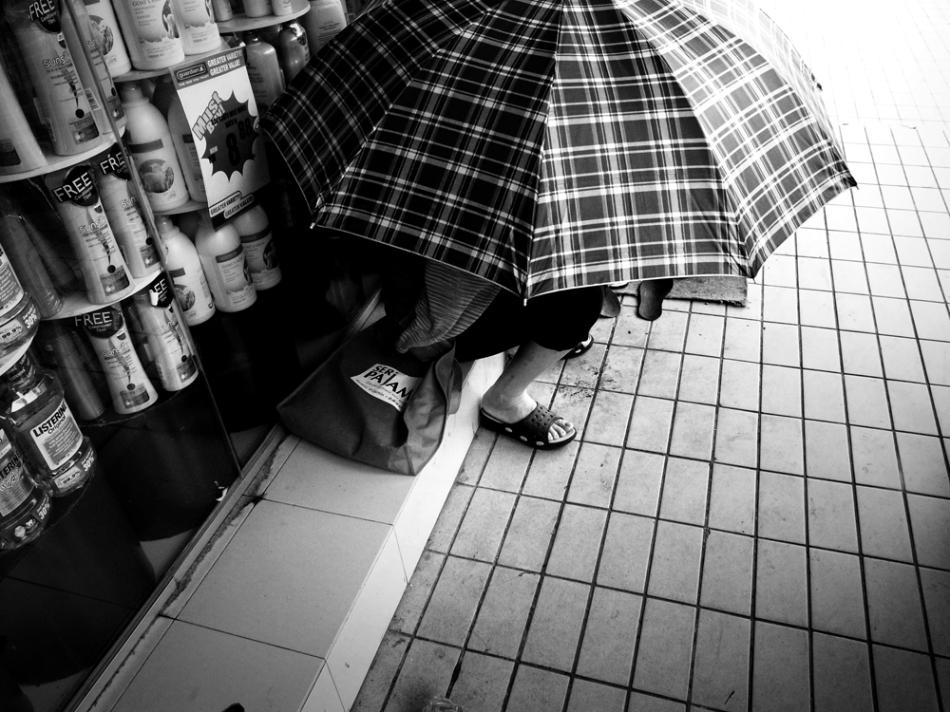 kaki lima man with payung small